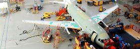 Arbeit an Flugzeugen der A320-Familie in Finkenwerder bei Hamburg.
