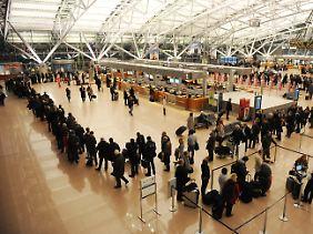 Diszipliniert und streikgewohnt: Am Hamburger Flughafen sind die Auswirkungen des Streiks nicht zu übersehen.