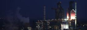 Dunkelheit bei ThyssenKrupp. Blick auf das Duisburger Werk.