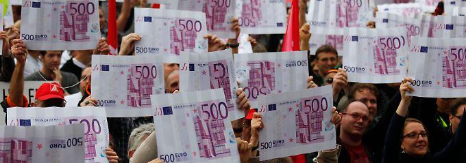 Kapitalismuskritiker protestieren in Frankfurt. Ihrer Meinung nach sind die Mittel in der Eurozone und auch im Rest der Welt nicht gerecht verteilt.