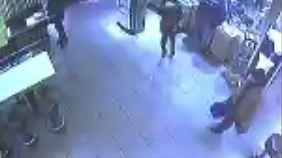 Die Video-Sequenz zeigt einen Mann, der mit einer blauen Tasche bei McDonalds im Hauptbahnhof Bonn gefilmt wurde.