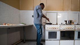 In den meisten Asylbewerberheimen ist es um die Sauberkeit in den Gemeinschaftsküchen schlecht bestellt.