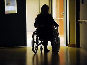 Eine schwere Krankheit kann Betroffene aus der Bahn werfen. Damit nicht auch finanzielle Sorgen hinzukommen, gibt es eine Schwere-Krankheiten-Police. Diese ist aber recht teuer.