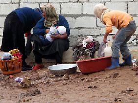 Nach UN-Angaben sind rund eine halbe Million Syrer auf der Flucht. In den Flüchtlingscamps auf syrischer Seite wird die Lebensmittelsituation im Winter dramatisch schlechter.