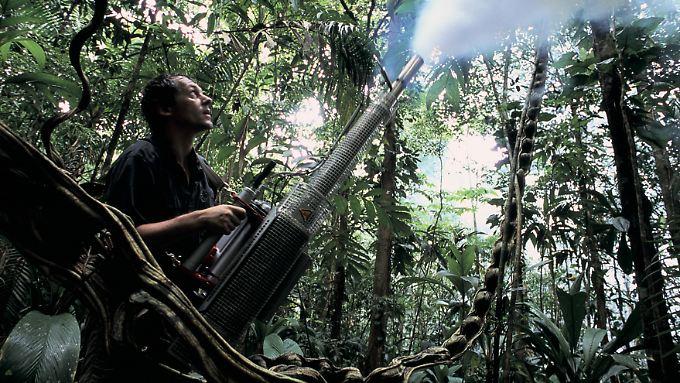 Der Biologe Jürgen Schmidl nebelt Unterholz in Panama ein.