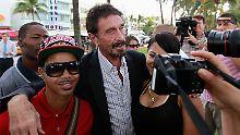 McAfee posiert mit Touristen vor dem Hotel in South Beach.