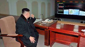 Die Kippe nach dem Abschuss: Kim Jong-Un genießt die Ruhe nach dem Raketenstart..
