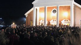 Die kleine Kirche des Ortes fasste die Trauernden nicht.