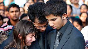 Saldanhas Mann und ihre Kinder bei der Beisetzung.