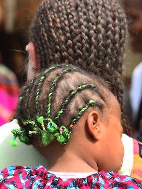 Die Kunst des Zöpfeflechtens ist unter afroamerikanischen und afrikanischen Frauen weit verbreitet.