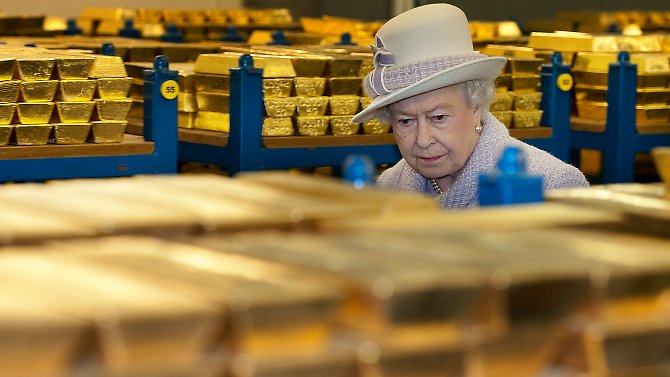 Queen Elizabeth besichtigt Goldvorräte in der Bank of England.