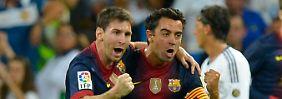 Bleiben zusammen: Lionel Messi und Kollege Xavi. Der Typ rechts im Bild, weißes Trikot, kann übrigens auch ganz gut Fußball spielen.
