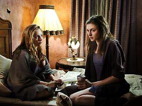 Was passiert mit ihnen auf der Insel? Hanna (Mina Tander, l.) und Clarissa (Laura de Boer).