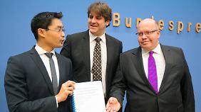 Andreas Löschel übergibt den Energiewendeministern ihr erstes Zeugnis.