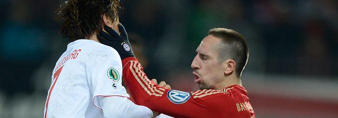 Das hätte er nicht tun sollen: Franck Ribéry fasst Augsburgs Ja-Cheol Koo ins Gesicht.
