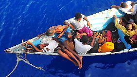 In völlig untauglichen Booten überqueren die Auswanderer meist den Golf von Aden.