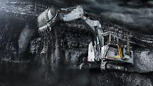 Mit dem Liebherr R 9400 lassen sich Berge versetzen. Stattliche 345 Tonnen Einsatzgewicht und eine 22 Kubikmeter-Schaufel schaffen mit einem Zug 1,8 Tonnen Gestein pro Kubikmeter weg. Befeuert wird der Bergbau-Bagger von einem Motor, der 1700 PS leistet.