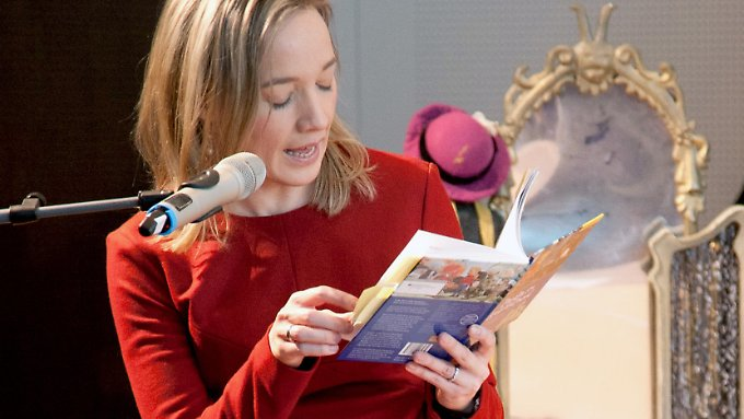 Schröder liest Kindern vor.