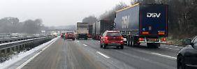 Nur im Schritttempo fahren Autos auf der A1 zwischen Hamburg und Bremen.