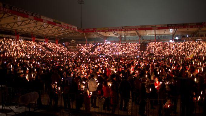 Die Fans verwandeln das Stadion an der Alten Försterei in ein Lichtermeer.
