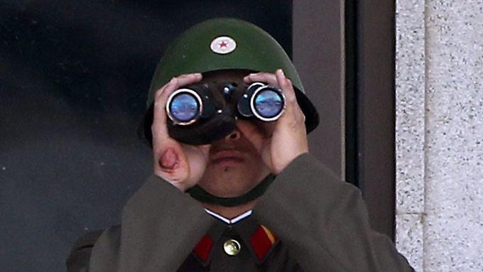 Ein nordkoreanischer Grenzsoldat blickt in Richtung Süden.