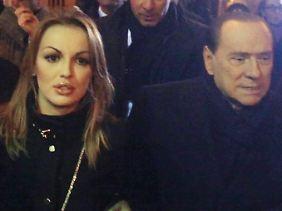 Berlusconi verlässt mit seiner Neuen, Francesca Pascale, ein Restaurant in Mailand. (Foto vom 9.12.2012)
