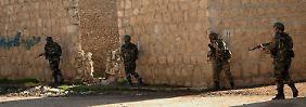 Syrische Regierungssoldaten patrouillieren in Jebrin nahe Aleppo.