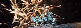 Das größte Feuerwerk in Deutschland wurde über dem Brandenburger Tor in Berlin abgebrannt.