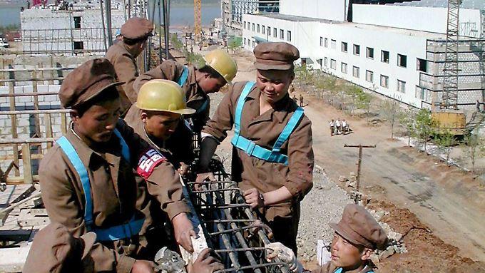 Nordkoreanische Arbeiter bauen an einer Fabrik: Der Lebensstandard soll steigen.