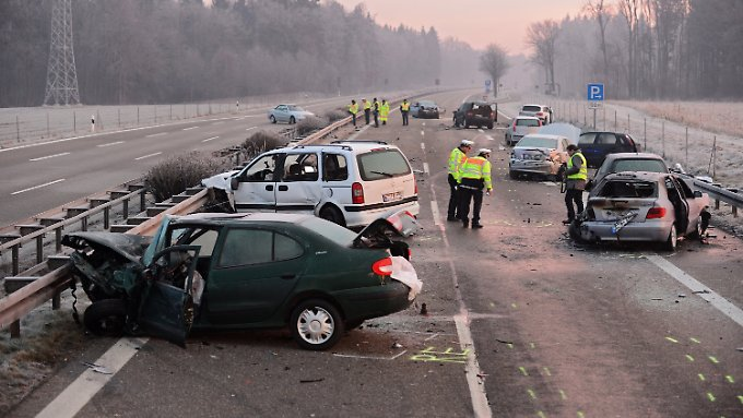 Die Polizei prüft noch, was genau zu dem Unfall bei Ulm geführt hat.