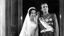 Am 14. Mai 1962 wird in Athen geheiratet. Es gibt drei Zeremonien. Zuerst geben sich Juan Carlos und Sofia in einer katholischen Kathedrale das Ja-Wort. Danach geht es in eine griechisch-orthodoxe Kirche. Zum Schluss wird die Vermählung noch in einem Standesamt vollzogen.