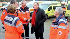 Hannovers Oberbürgermeister Stephan Weil dankt den Helfern für die Arbeit.