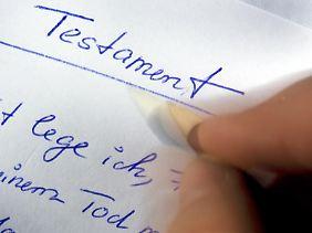Ein selbst verfasstes Testament muss nicht nur der eigenen Feder entstammen - es durfte auch nur mit der eigenen Hand zu Papier gebracht werden.