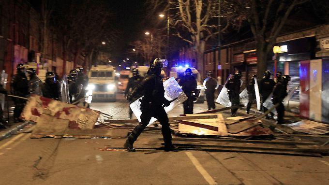 Streit um britische Flagge: Belfast erlebt sechste Krawallnacht