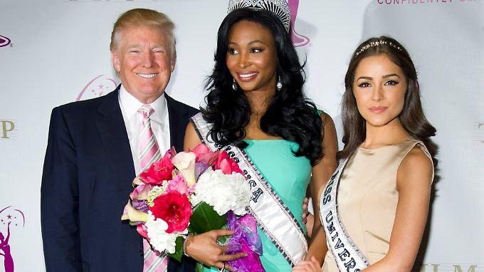 Donald Trump grinst neben Nana Meriwether (M.) und Olivia Culpo besonders breit.
