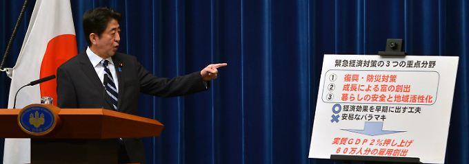 In drei Schritten zum Erfolg: Shinzo Abe erklärt den Japanern sein Krisenprogramm.