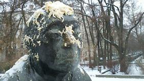 Die Skulptur der Künstlerin Käthe Kollwitz steht in Berlin am gleichnamigen Kollwitzplatz.