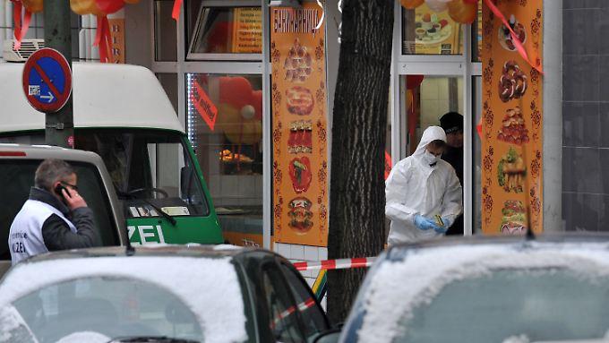 Die Polizei sichert am Tatort in der Flughafenstraße Spuren.
