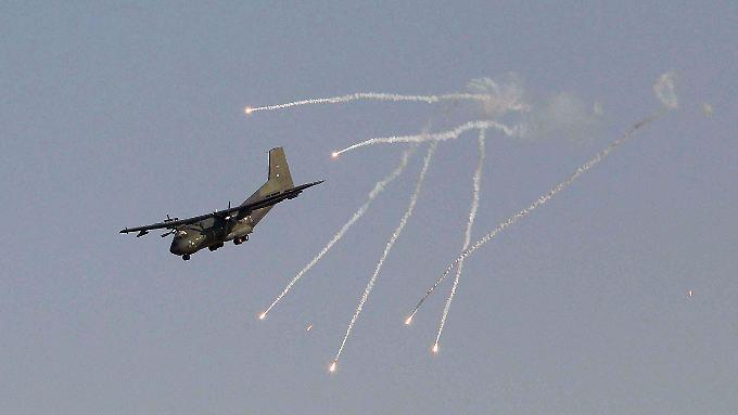 Eine Transall stößt beim Landeanflug auf Masar-i-Scharif sogenannte Flares aus, um etwaige Boden-Luft-Raketen vom Flugzeug abzulenken.
