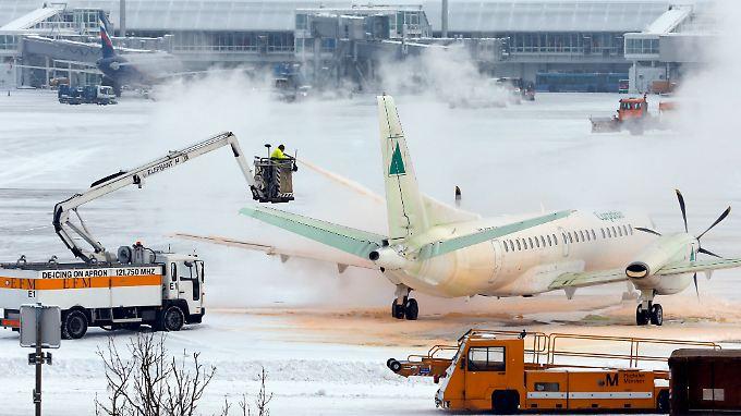 Bei der Enteisung einer Maschine auf dem Münchner Flughafen.