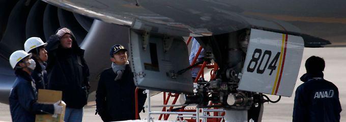 787-Inspektion in Takamatsu: Ein FAA-Experte (3.v.l.) sieht das Dreamliner-Problem zum ersten Mal aus nächster Nähe.