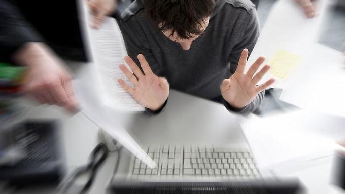 Irgendwann packt man es nicht mehr: Eine wachsende Zahl von Beschäftigten empfindet Psycho-Stress bei der Arbeit.