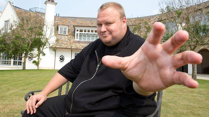 Kim Schmitz aka Dotcom vor seiner Villa in Neuseeland.
