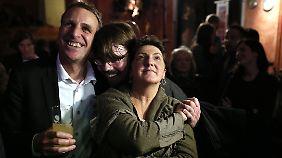 Auch die Grünen Anja Piel und Stefan Wenzel können sich freuen.
