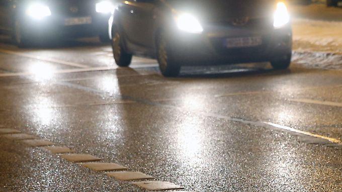 Die Glätte an sich ist schon gefährlich genug. Noch dazu ist sie oft gar nicht zu sehen. Viele Autofahrer werden von der Eisbahn überrascht.