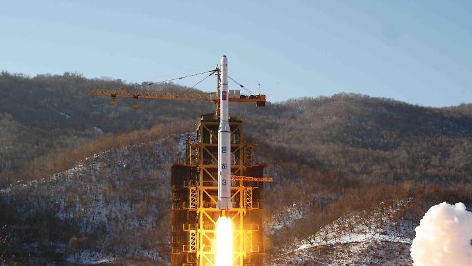 Eine nordkoreanische Langstreckenrakete beim Start - dass Pjöngjang in der Lage sein könnte, diese mit Atomsprengköpfen zu bestücken, ist der Albtraum der westlichen Welt.