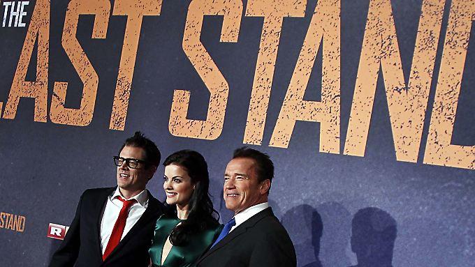 """Arnold Schwarzenegger (r.) mit Johnny Knoxville (l.) und Jaimie Alexander in Köln auf der Deutschlandpremiere von """"The Last Stand"""" am 21. Januar."""