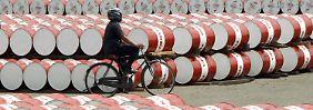Energie-Agentur: Überangebot bleibt: Wie weit wird der Ölpreis noch fallen?