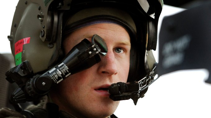 Harry im Cockpit eines Apache-Kampfhubschraubers.