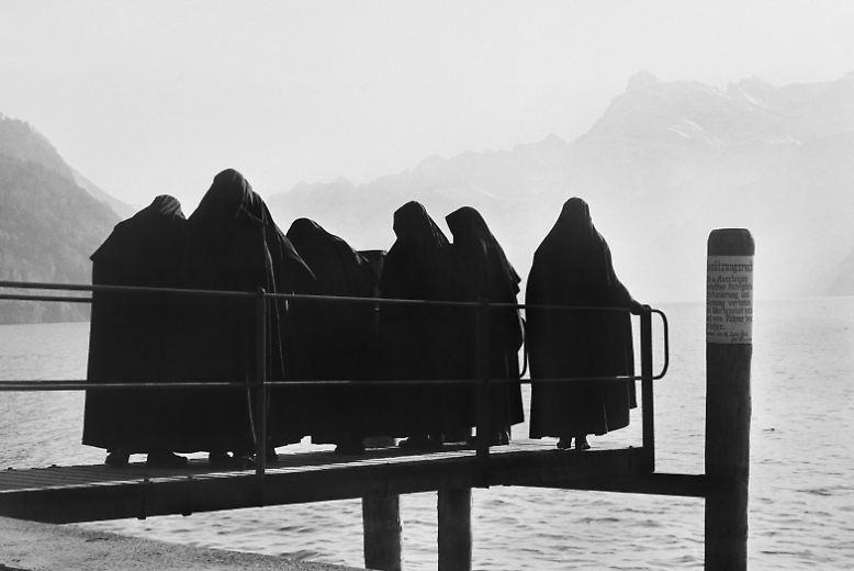 Egal, ob eine Gruppe von Nonnen auf einem Steg am Lago Maggiore ...